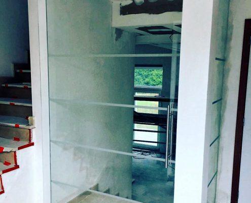 Glazen deur met zandstralen
