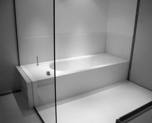Douchewand op bad met hoekuitsparing